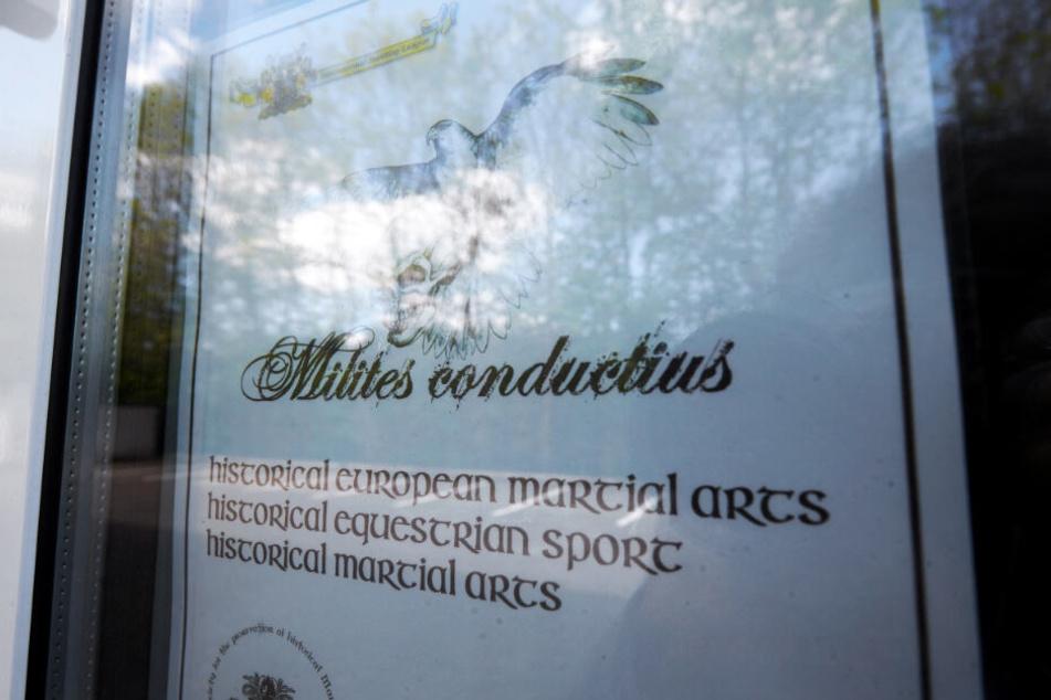 Ein Werbeplakat hängt im Schaufenster eines Mittelalterladens. Diesen Laden betrieb ein 53-Jähriger, der am Wochenende leblos in einer Pension rund 600 Kilometer entfernt in Passau gefunden wurde.