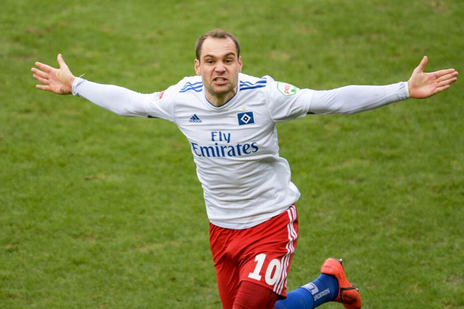 Derbyheld Pierre-Michel Lasogga feiert einen seiner beiden Treffer gegen den FC St. Pauli.