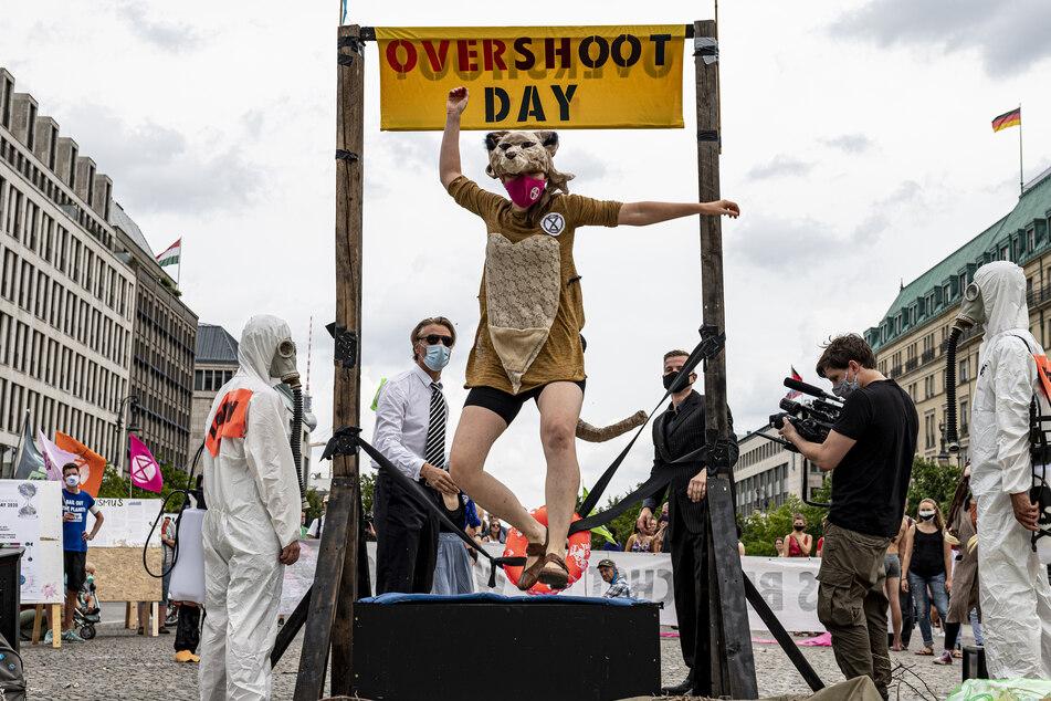 Am Brandenburger Tor protestierten am Samstag rund 30 junge Menschen.