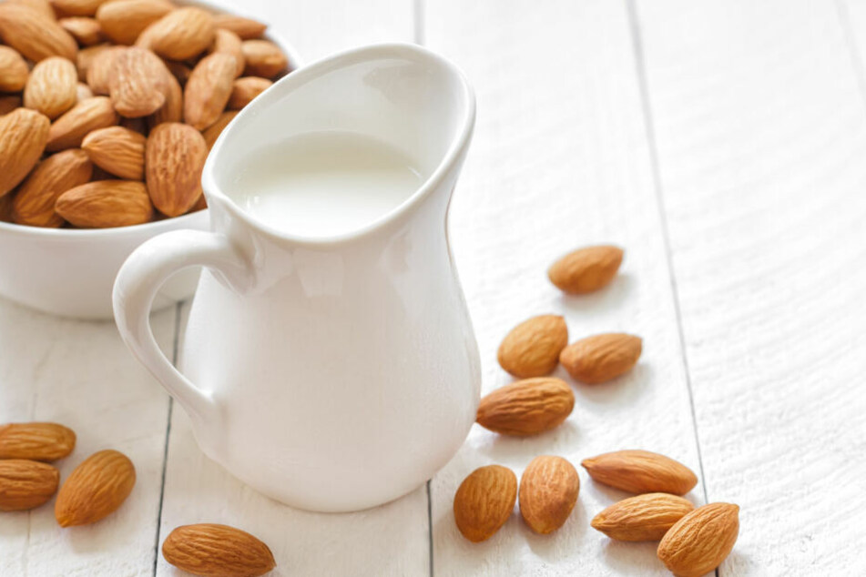Im Fokus der Diskussion ist Mandelmilch aus industrieller Herstellung. Sie soll schlecht für Umwelt und Gesundheit sein. (Symbolbild)