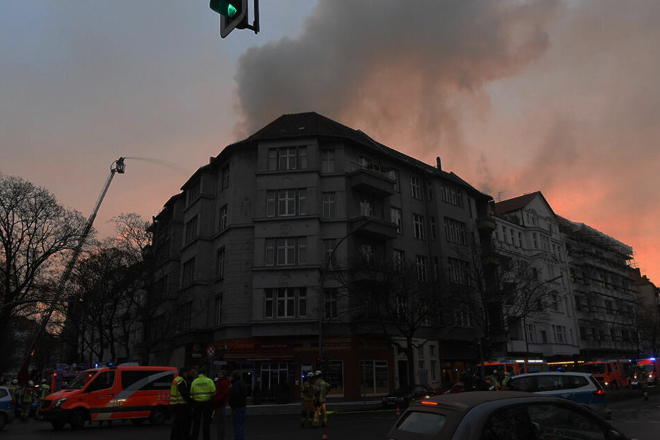 Riesige Rauchwolke! Mehrfamilienhaus in Flammen