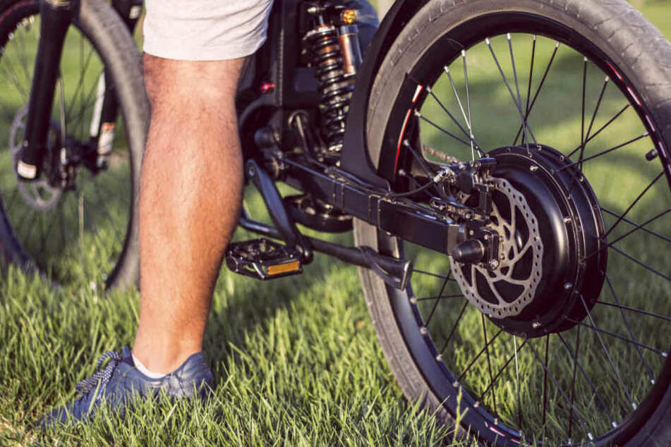 Der unbekannte Tote verunglückte auf einem Waldweg mit seinem E-Bike (Symbolbild).