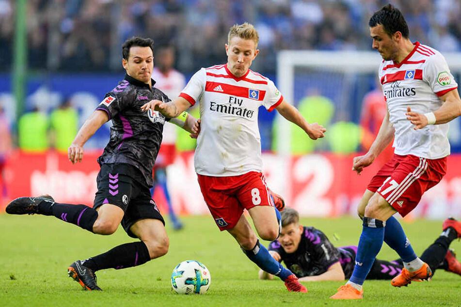 Matchwinner: HSV-Spieler Lewis Holtby im Duell mit Freiburgs Nicolas Höfler. Kann Holtby den HSV auch in Wolfsburg zum Sieg führen?