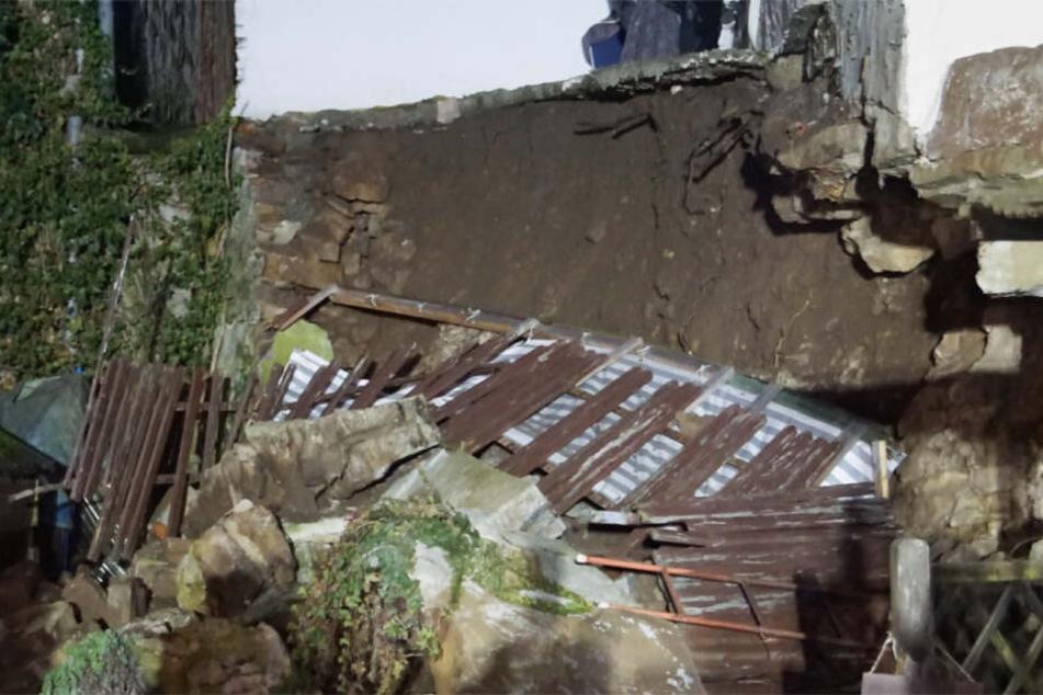 Hier war mal eine Terrasse. Jetzt sind nur noch Erde und Trümmer zu sehen.