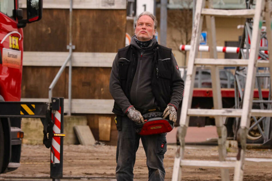 André Sarrasani (47) kann nicht nur eine Jungfrau schweben lassen, sondern auch per Fernsteuerung den Kranhaken.