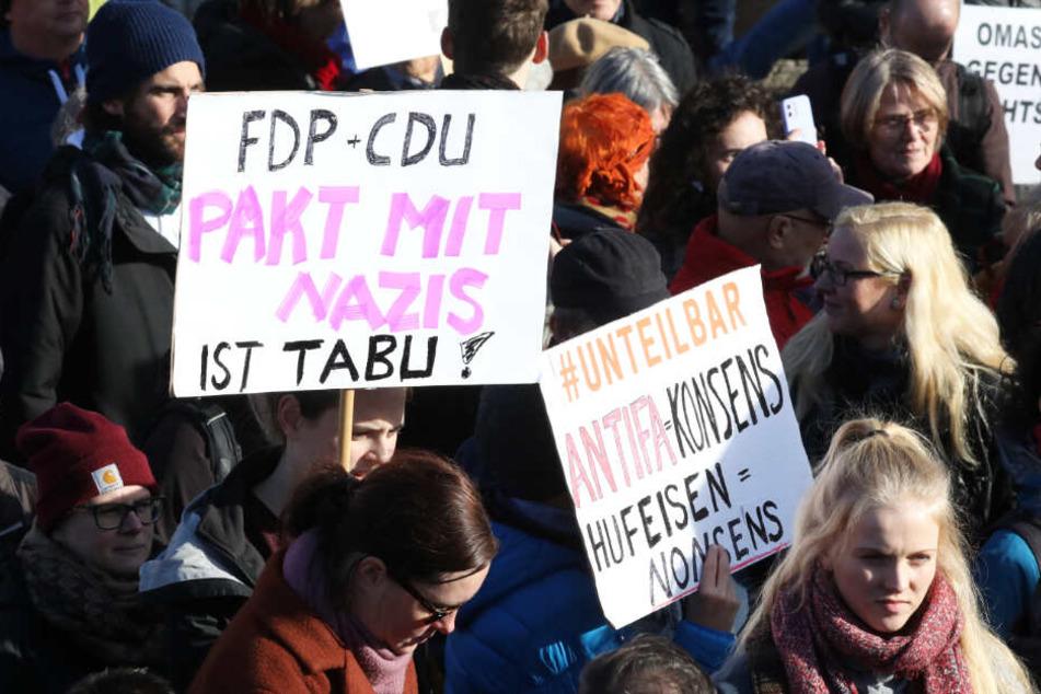 Protest nach dem Wahl-Eklat in Thüringen! Klare Worte waren zu lesen.