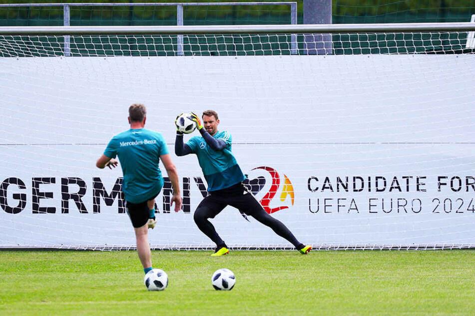 Manuel Neuer (r.) ist laut Torwarttrainer Andreas Köpke (l.) auf dem erhofften Weg zurück in den Kasten der deutschen Nationalmannschaft.