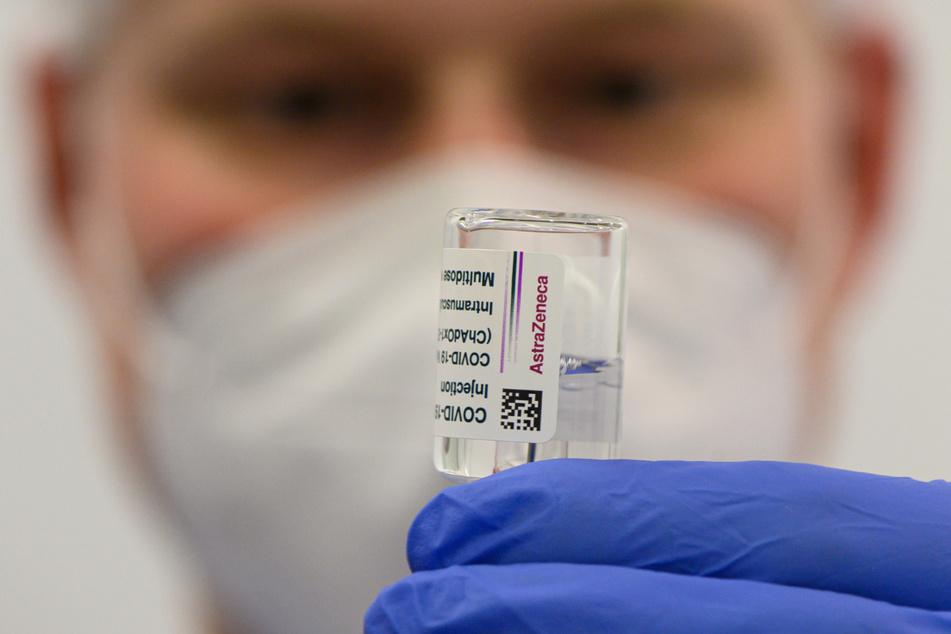 Eine Spritze mit dem Präparat von AstraZeneca wird für die Impfung vorbereitet. Das Vakzin sollen in Sachsen künftig nur noch Personen ab 60 Jahren bekommen.