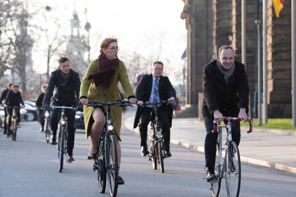 Auch Katja Meier (Bündnis 90/Die Grünen, l), Spitzenkandidatin, und Wolfram Günther (Bündnis 90/Die Grünen, r), Spitzenkandidat, kommen zu ihrer Ernennung als Minister mit dem Fahrrad zur Staatskanzlei.