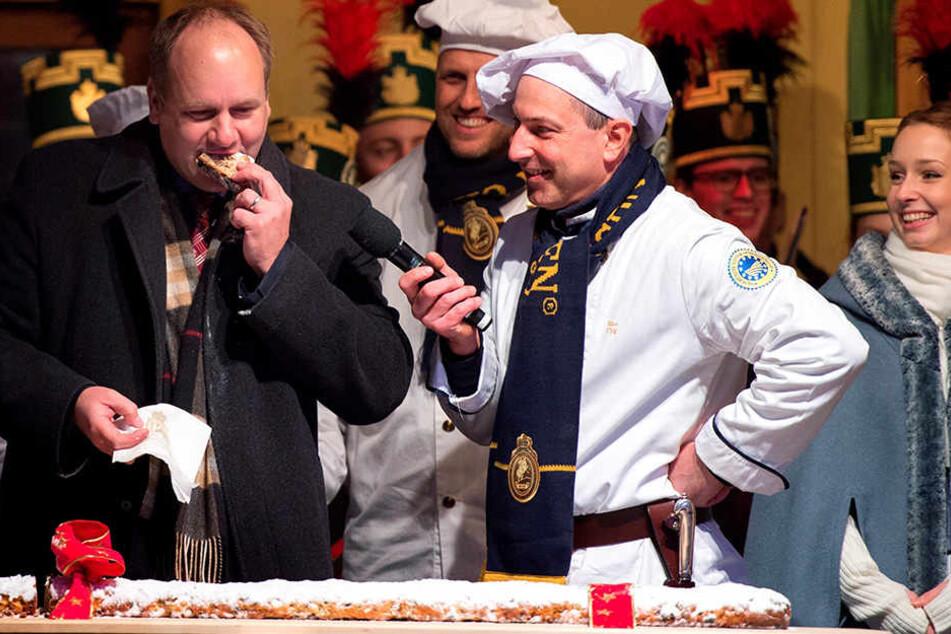 OB Dirk Hilbert (45, FDP, l.) reist mit Stollen zum Papst.