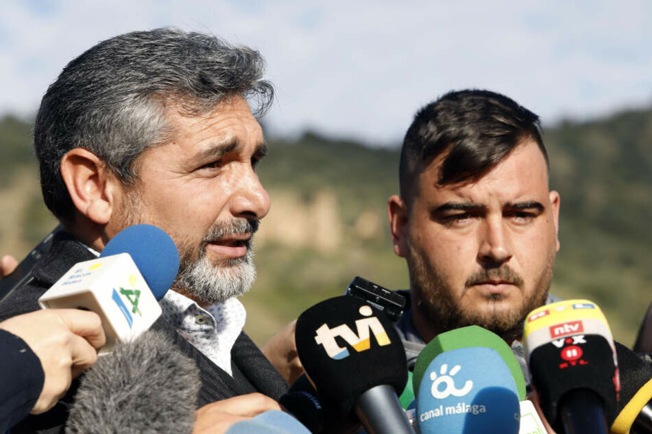 Jose Ribello (rechts), der Vater des zweijährigen Julen, spricht zu Journalisten.