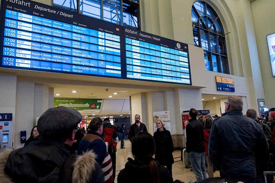 Besonders im Norden ist der Bahnverkehr am Montag nahezu unmöglich.