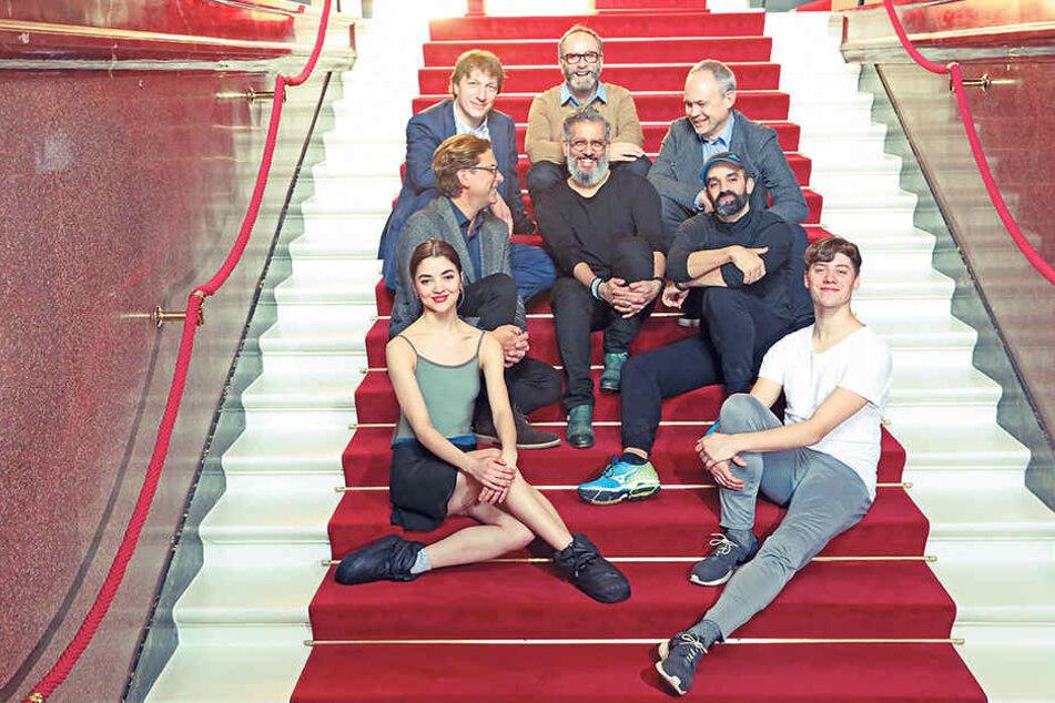 Der Vorstand des Fördervereins Ballettfreunde Semperoper e. V. um den  Vorsitzenden Andrew Seidl (mittl. R. l.) und Ballettdirektor Aaron Watkin (mittl. R.  r.).