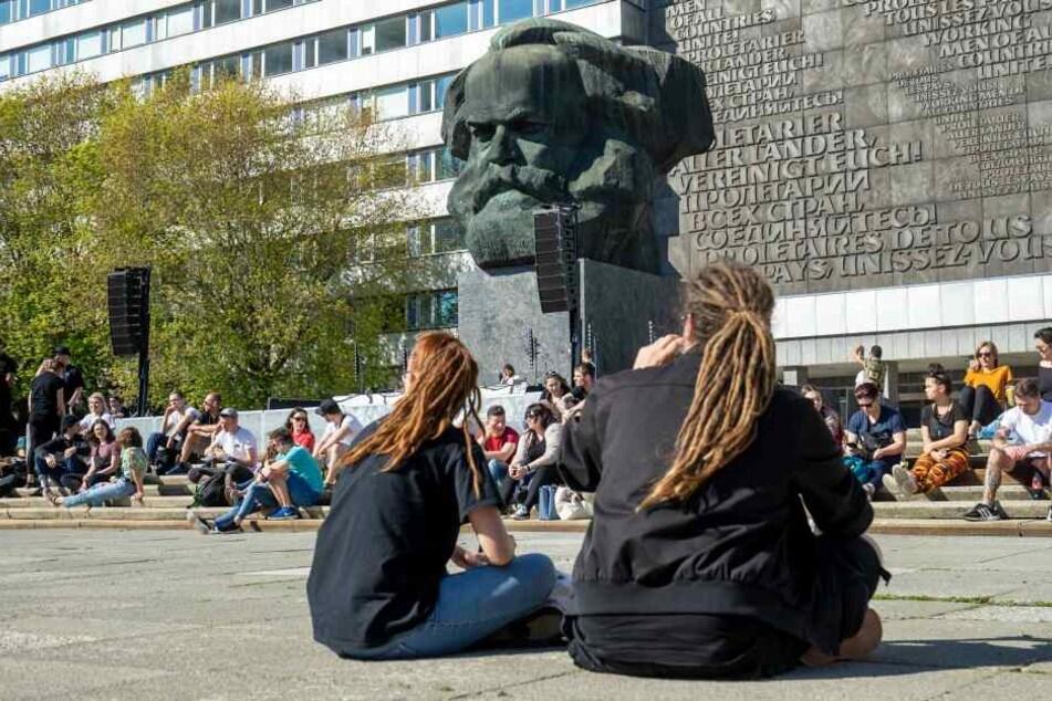 Mussten erstmal die Ohren aufwärmen: Der Platz vor dem Chemnitzer Marx-Monument füllte sich recht langsam, zum Schluss waren rund 300 Menschen da.