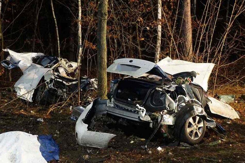 Das Auto wurde bei dem Unfall in zwei Teile geteilt.