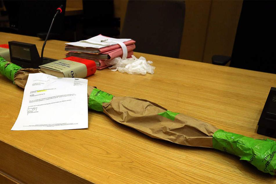 Mit diesem eingepackten Spatenstiel soll der 28-Jährige das Opfer erschlagen haben.