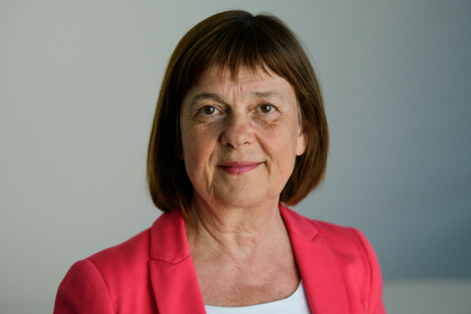Ursula Nonnemacher (63, Bündnis 90/Die Grünen), Ministerin für Soziales, Gesundheit, Integration und Verbraucherschutz, gab am Donnerstag bekannt, dass in zwei Landkreisen in Brandenburg Krisenmaßnahmen ergriffen werden, um eine weitere Ausbreitung der Schweinepest zu verhindern
