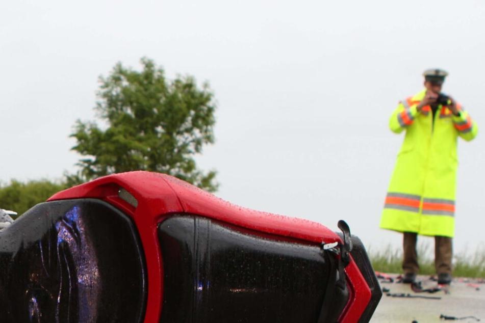 Am Motorrad entstand beim Unfall ein Totalschaden, die Fahrer sind mittlerweile außer Lebensgefahr. (Symbolbild)