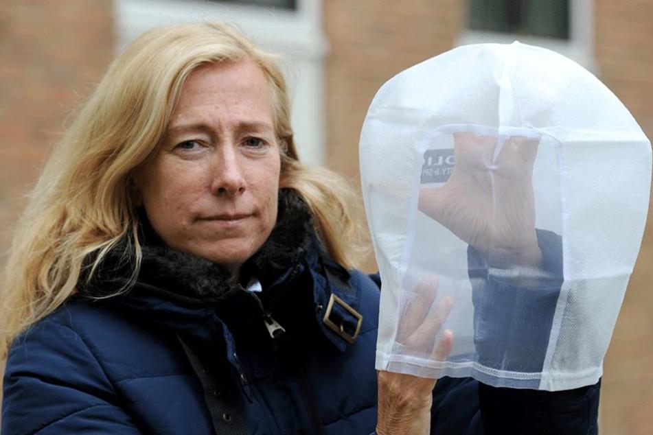 Bei der Polizei in Bremen wurden die Spuckschutzhauben bereits eingeführt. Sie werden im Bedarfsfall speichelnden Angreifern über den Kopf gezogen.