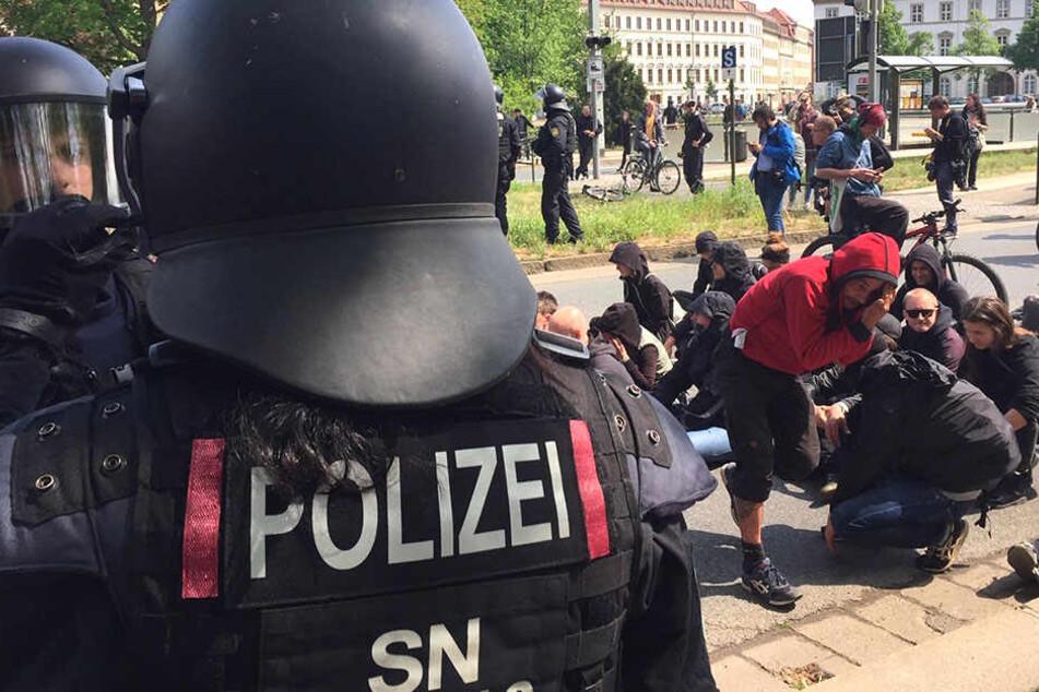 Auf der Neustädter Elbseite blockierten Gegendemonstranten den rechten Aufmarsch.