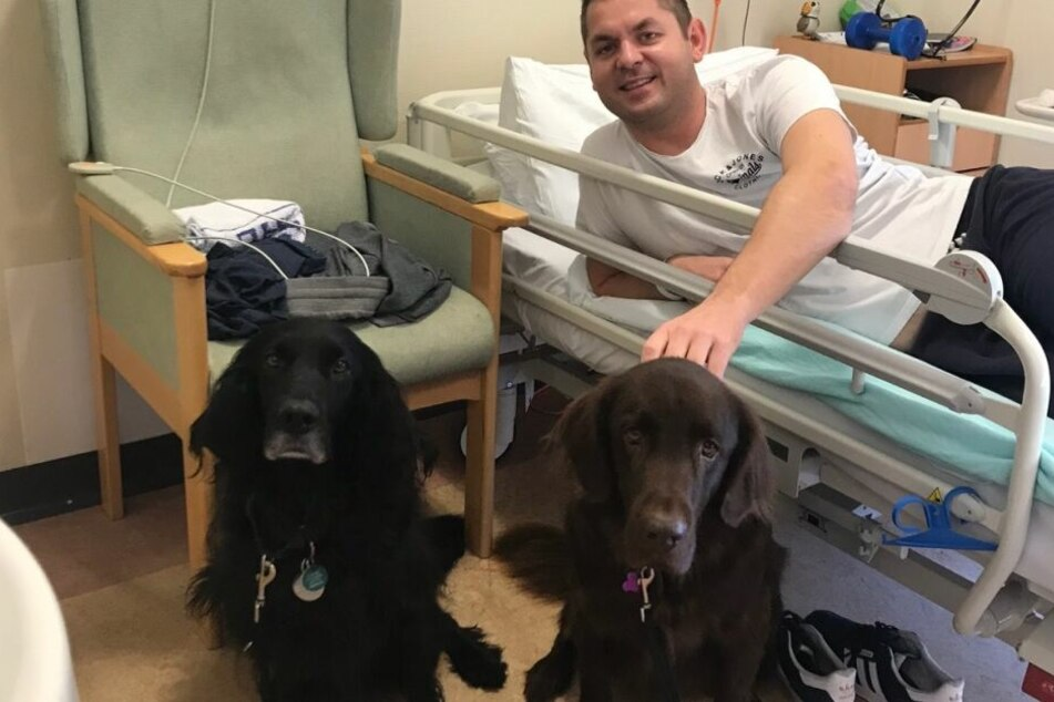 Richard Jackson (39) mit zwei Therapiehunden.