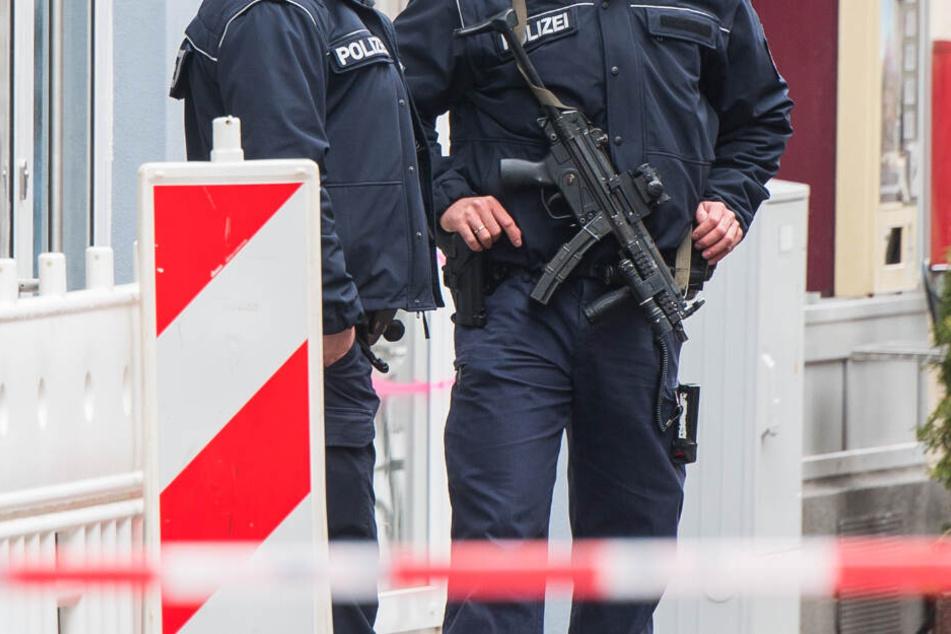 Zwei Polizisten stehen am 27. April 2019 mit Maschinenpistolen im abgesperrten Bereich.