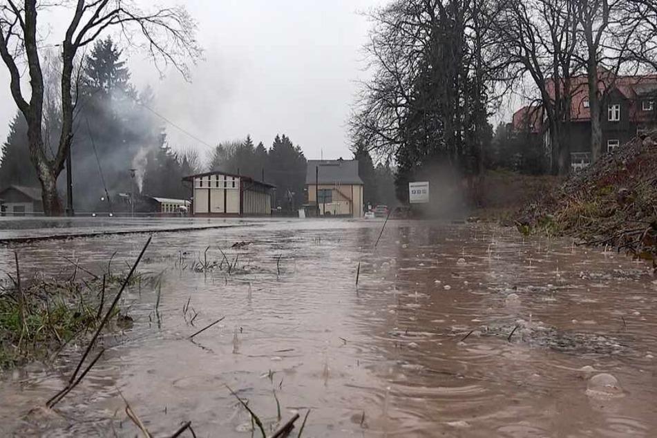 Heftiger Starkregen: DWD warnt vor Hochwasser im Harz!
