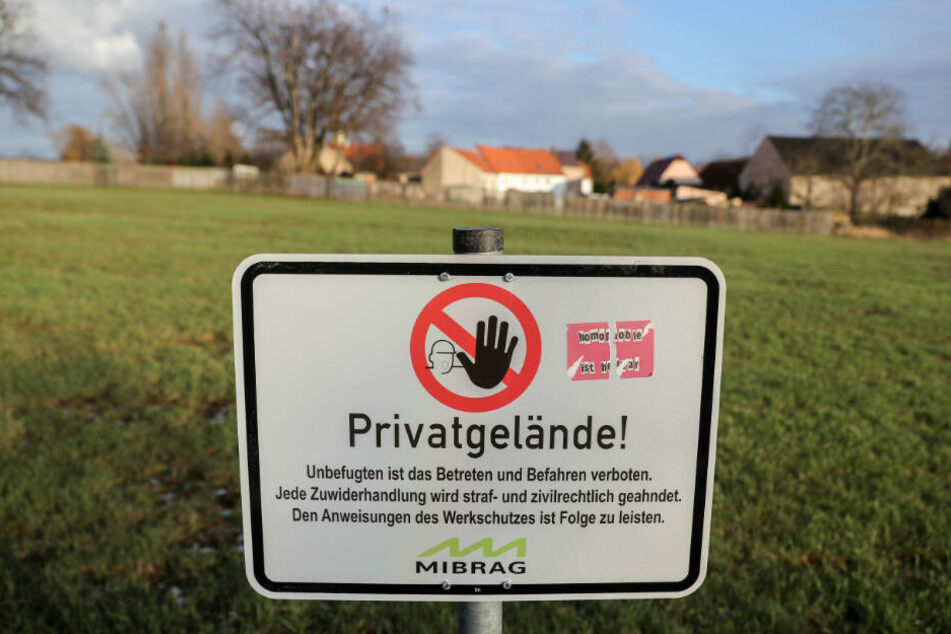 Ein Schild der Mibrag warnt an einem Grudstück vor dem Betreten von Privatgelände. Für eine mögliche Erweiterung des Tagebaus Vereinigtes Schleenhain ab 2040 müsste das Dorf weichen.