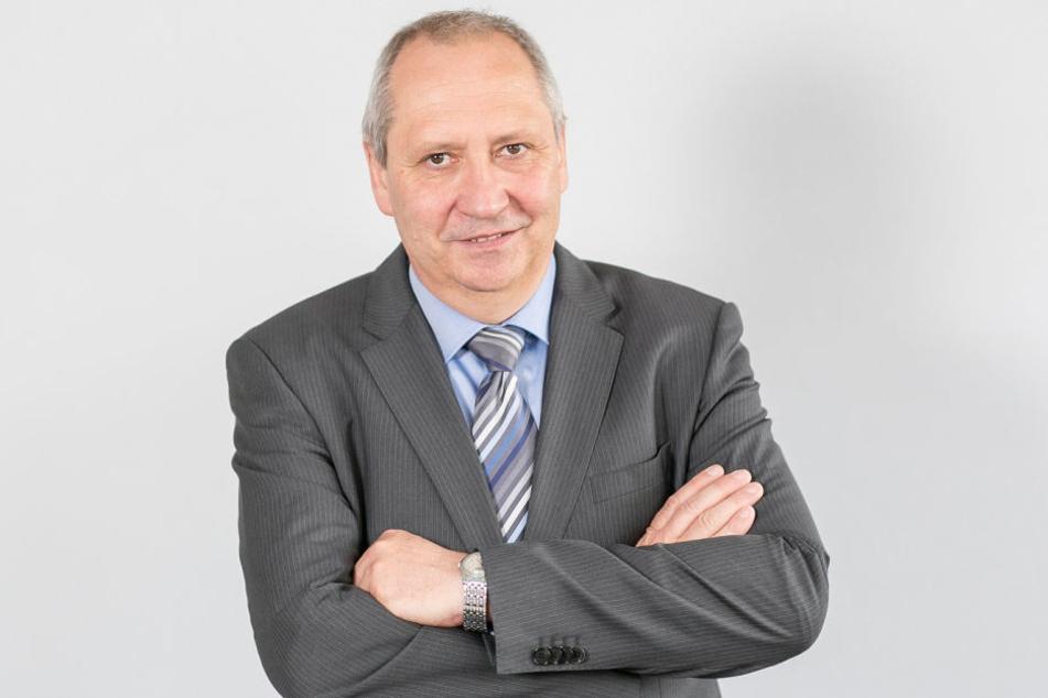 Sachsens Arbeitgeberpräsident Jörg Brückner (57) kritisiert den schleppenden Ausbau der Bahnstrecke Chemnitz-Leipzig.