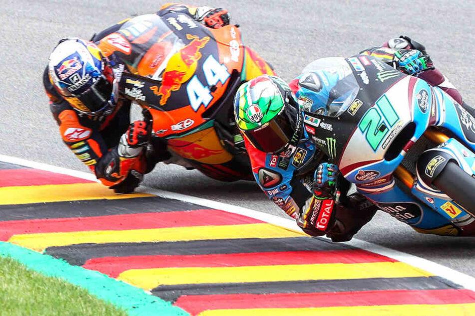 Motorrad-Piloten brettern über die Sachsenring-Rennstrecke und legen sich voll ins Zeug. Nach derzeitigem Stand in diesem Jahr zum letzten Mal auf dem Sachsenring.