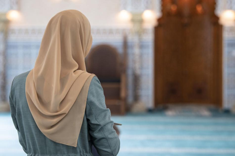 Das Tragen weltanschaulich oder religiös geprägter Bekleidung, mit der eine Verhüllung des Hauptes verbunden ist, wird untersagt.