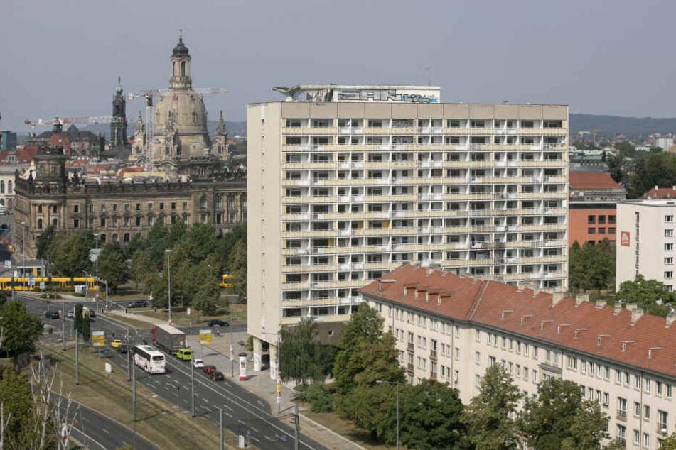 Kein schöner Anblick: Der einstige sozialistische Prachtbau an der Grunaer Straße vergammelt.
