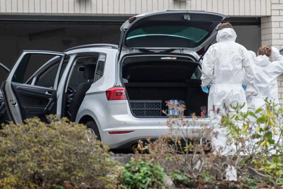 Das Foto zeigt Mitarbeiter der Spurensicherung vor der Garage des Hauses in Mörlenbach.