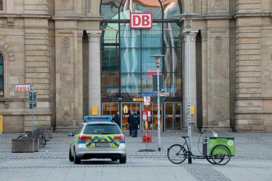 """Am Hauptbahnhof in Magdeburg wurden Fans des heimischen FCM kontrolliert und Aufkleber mit """"Alle Bullen sind Fotzen""""-Aufschrift sichergestellt. (Archivbild)"""