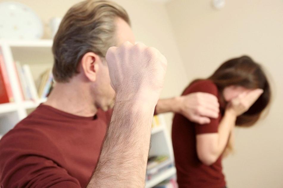 Der Stiefvater soll die 14-Jährige ins Krankenhaus geprügelt haben (Symbolfoto).