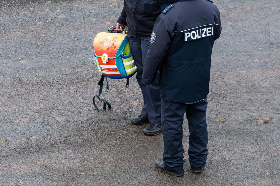 Eine Polizistin hält einen Schulrucksack. Bei Eisenach in Thüringen verunglückte am 23. Januar 2020 auf eisglatter Straße ein Schulbus. (Archivbild)