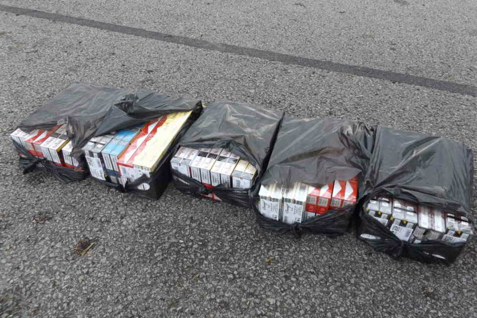 Ein einem Auto fanden die Zöllner 4000 Zigaretten in schwarzen Tüten verpackt.