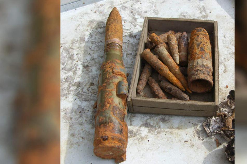Die Polizei hat auf einem Privatgrundstück mehrere Waffen und Granaten entdeckt.