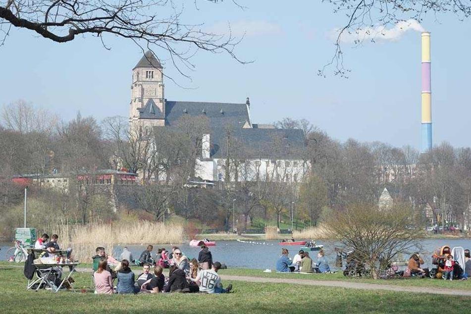 Chillen, spielen und grillen am Schloßteich. Die Chemnitzer bevölkerten den Platz am ersten warmen Wochenende.
