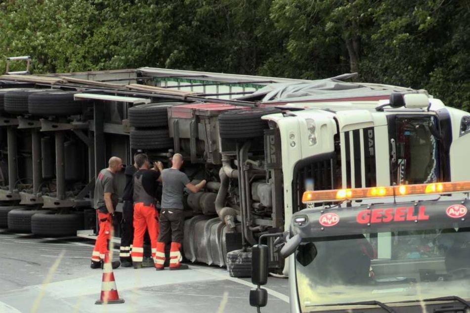 Sattelzug auf A57 kippt um, Ladung macht Bergung kompliziert
