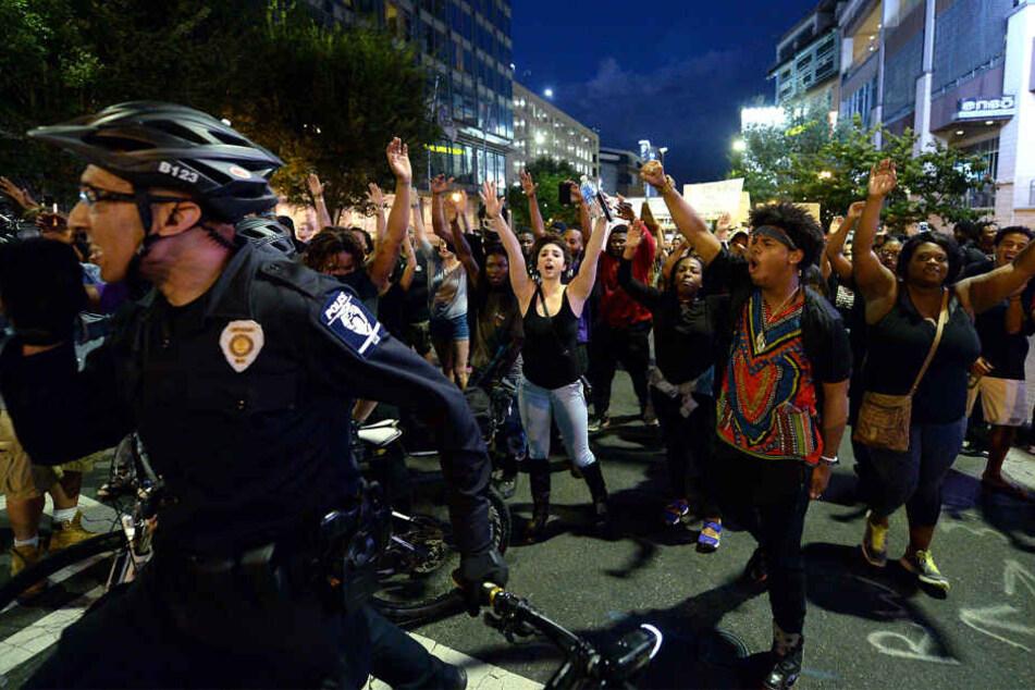 Nach Krawallen bei Protesten gegen Polizeigewalt, wurde in den USA der Ausnahmezustand ausgerufen.
