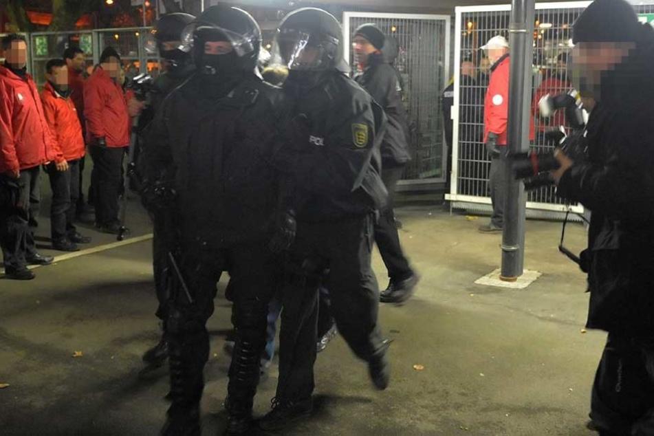 Insgesamt fünf Polizisten wurden bei dem Einsatz verletzt, neun Personen festgenommen. (Symbolbild)