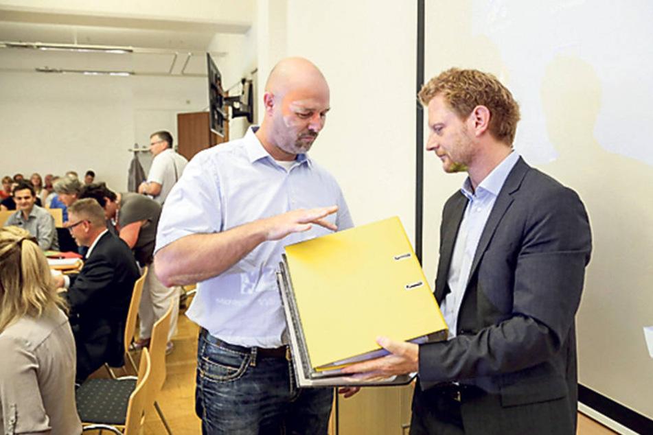Nico Köhler (40, l.) übergab Baudezernent Michael Stötzer (43, Grüne) 10047  Unterschriften für den Erhalt des Neefeparks.
