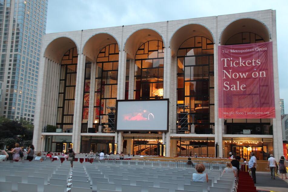 Die Metropolitan Oper im Lincoln Center in New York. Die renommierte New Yorker Metropolitan Oper will aufgrund der Coronavirus-Pandemie erst Ende Dezember wieder aufmachen.
