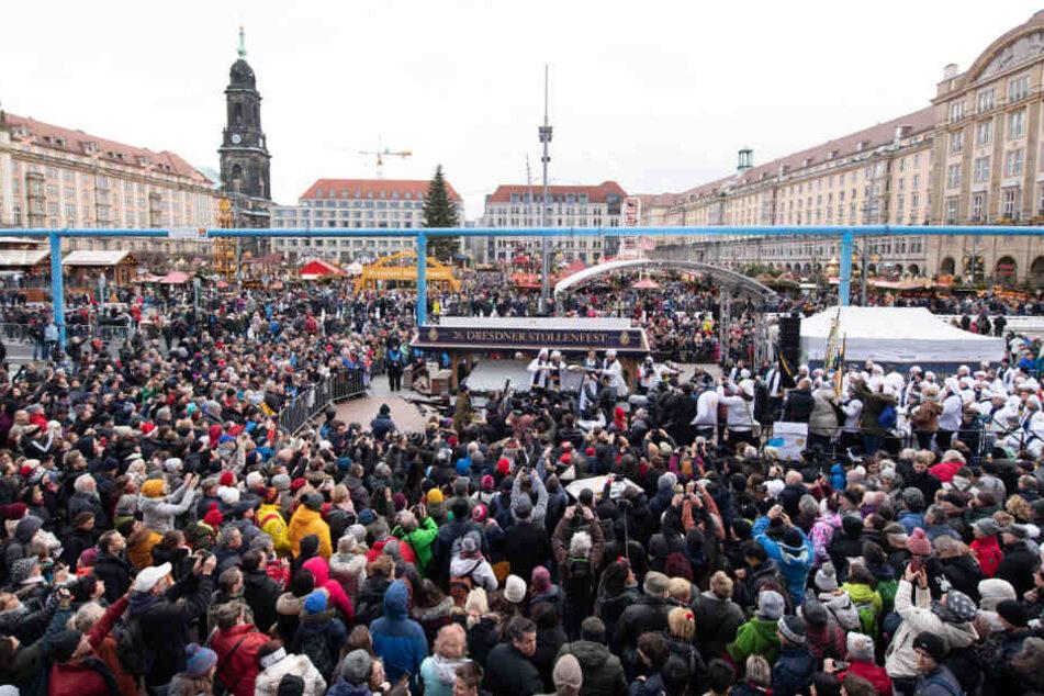 Ganz schön was los am Dresdner Altmarkt. In 500-Gramm-Stücke wurde der Riesenstriezel letztlich aufgeteilt.