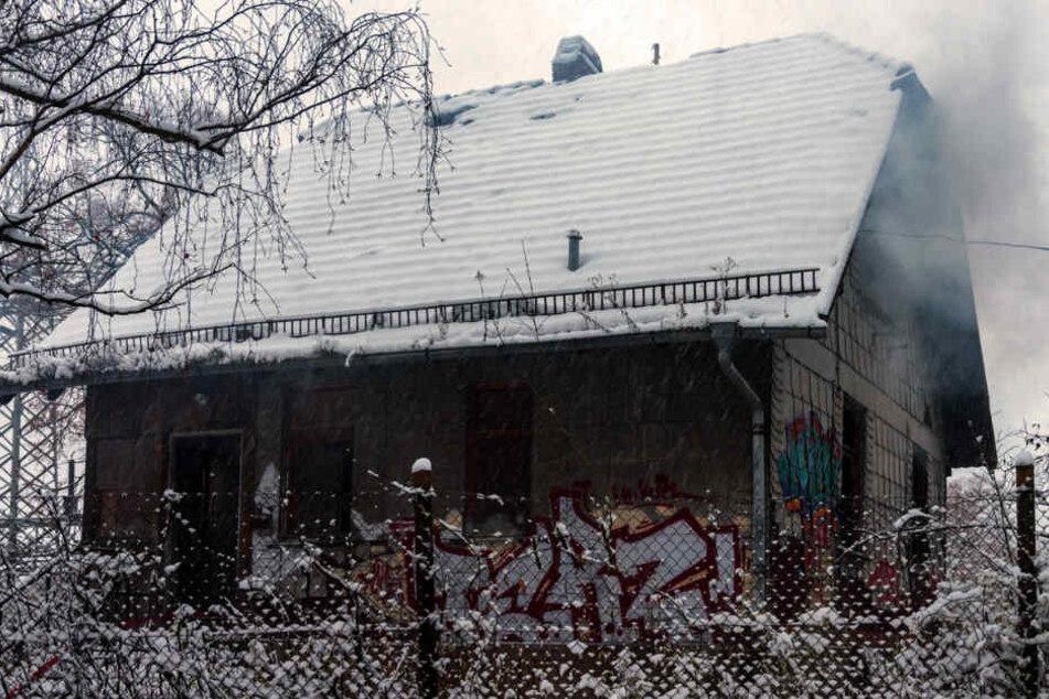 Bei Eintreffen der Feuerwehr drang Qualm aus dem leerstehenden Gebäude.