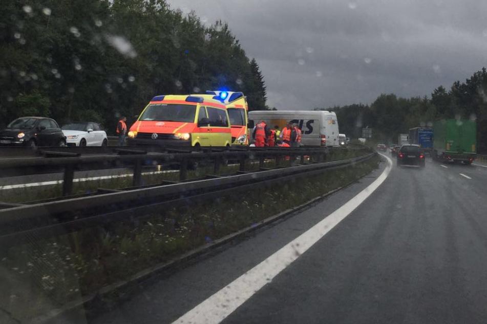 Retter an der Unfallstelle auf der A72.