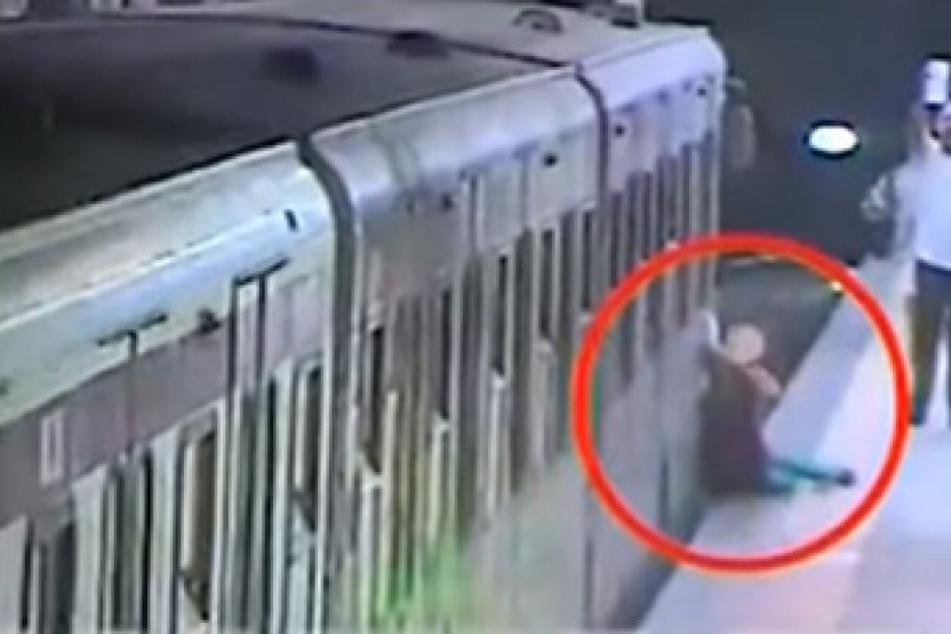 Schock-Video: Frau in U-Bahn eingeklemmt und eine Station mitgeschleift