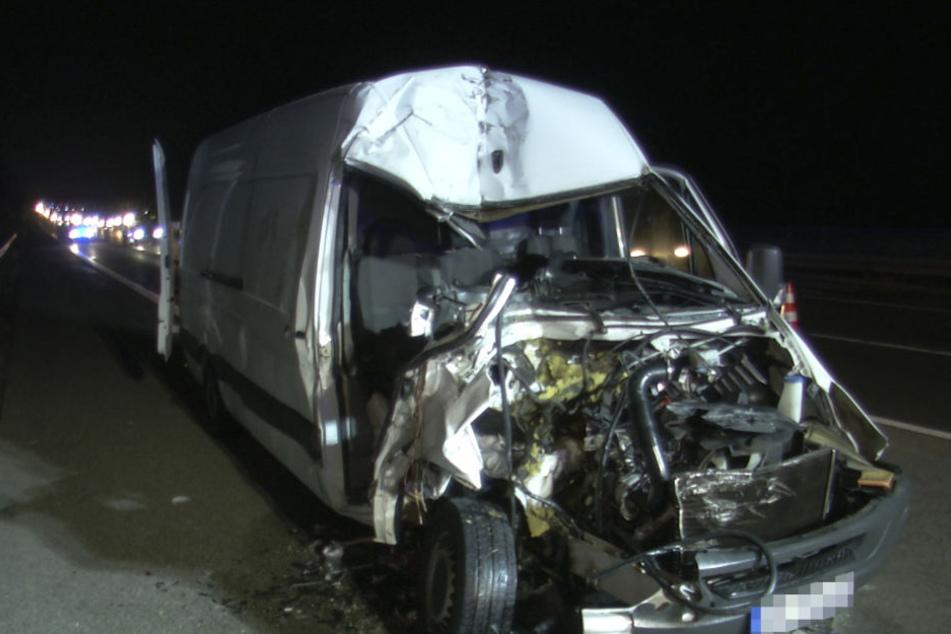 Der Kleintransporter war nach dem Unfall kaum noch als solcher auszumachen.