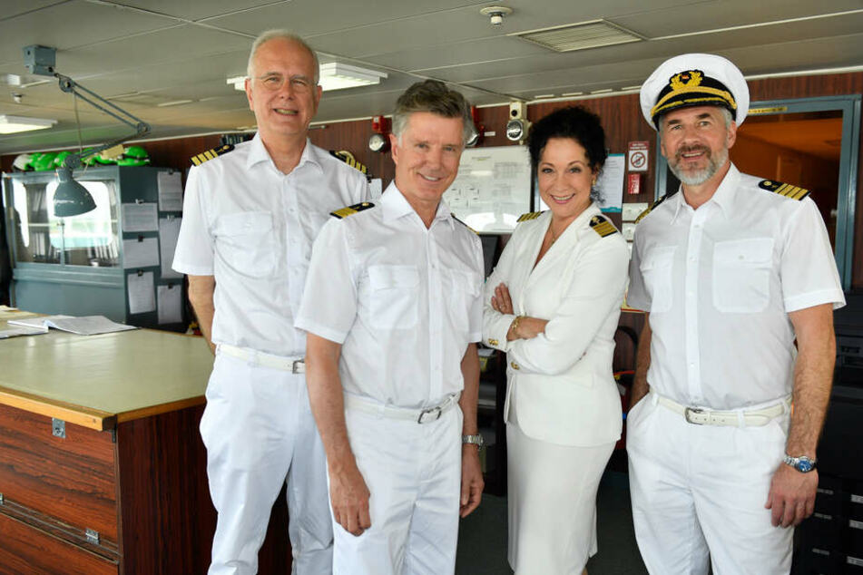 """Die """"Traumschiff""""-Crew: Oskar Schifferle (Harald Schmidt), Dr. Sander (Nick Wilder), Hanna Leibhold (Barbara Wussow) und Offizier Martin Grimm."""